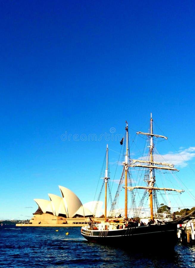 Högväxt skepp för Sydney Opera hus royaltyfri foto