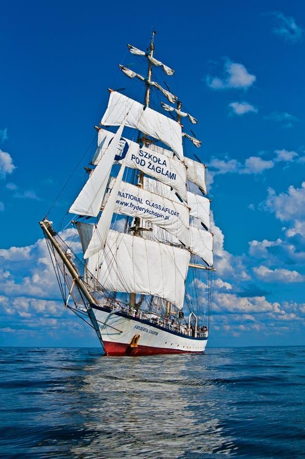 Högväxt skepp under moln arkivbild