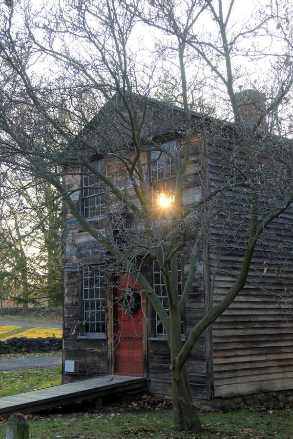 Högväxt tunt historiskt hem med julkransen på dörr i vinterplatsen, den Genesee landsbyn & museet, Rochester, New York, 2017 arkivbilder