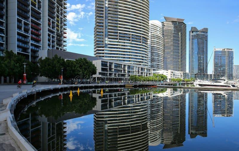 Högväxta andelsfastigheter och kontorsbyggnader längs flodpromenaden fotografering för bildbyråer