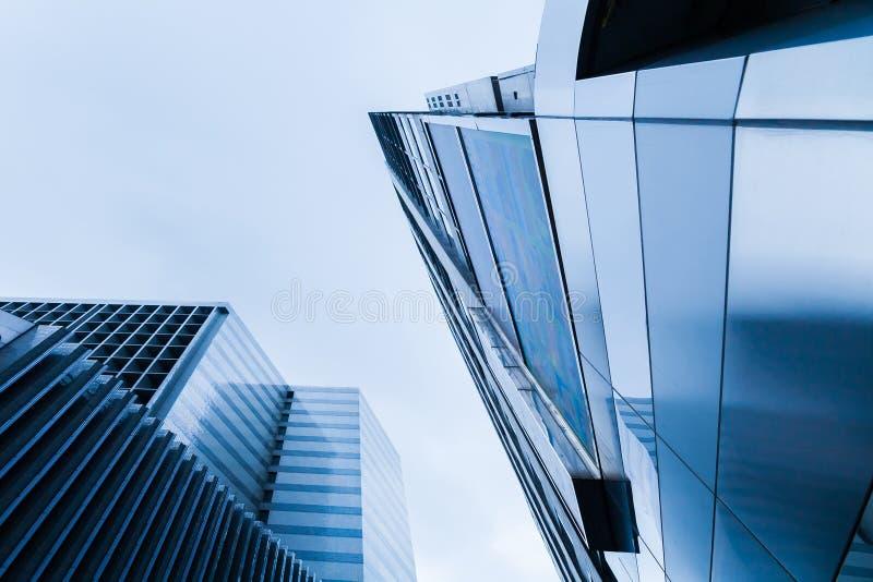 Högväxta byggnader av betong och exponeringsglas arkivbild
