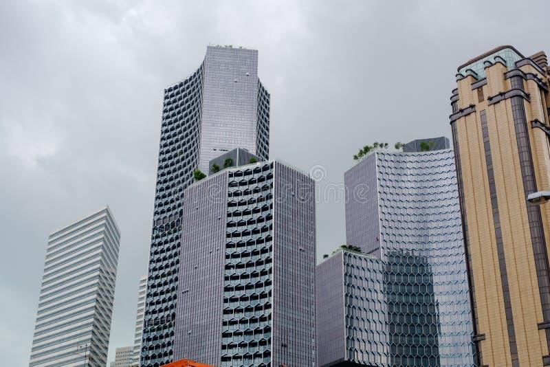 Högväxta byggnader i Singapore har en härlig design royaltyfri fotografi