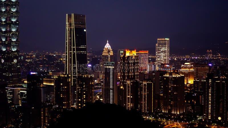 Högväxta byggnader och ljusa ljus av den Taipei staden arkivbilder