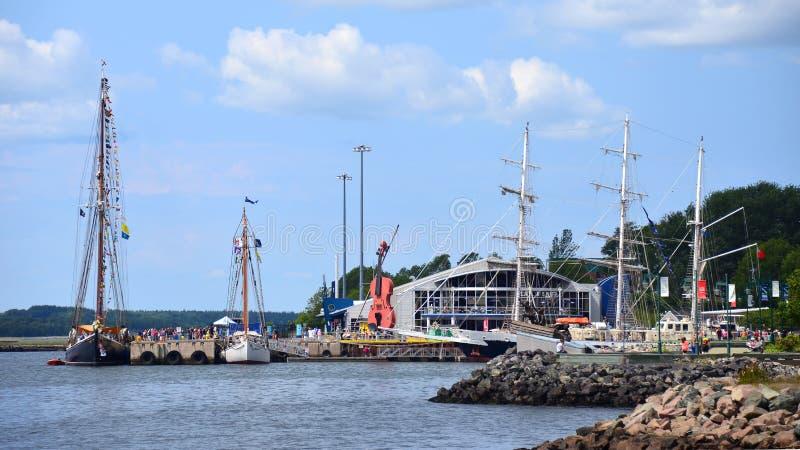 Högväxta skepp i Sydney, Nova Scotia arkivfoton
