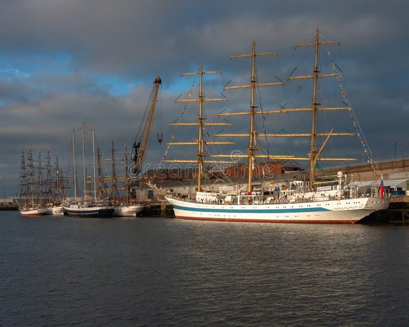 Högväxta skepp på port av Sunderland UK royaltyfri foto