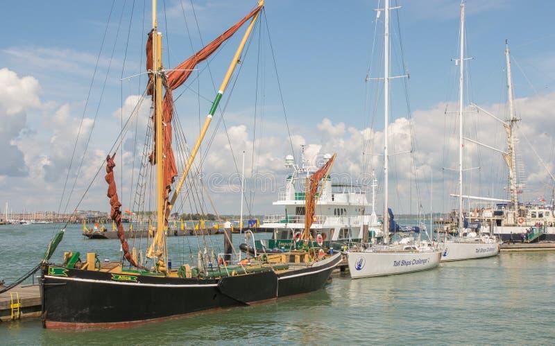 Högväxta skepp på Portsmouth, Hampshire, England royaltyfria foton