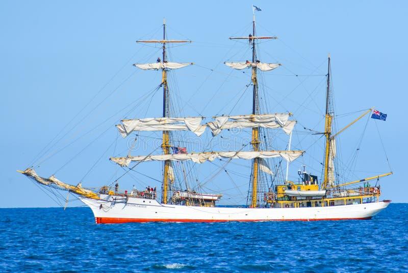 Högväxta skepp ståtar på Lake Michigan i Kenosha, Wisconsin royaltyfri bild