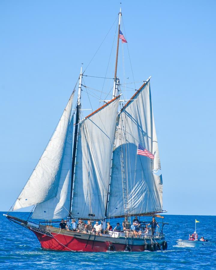 Högväxta skepp ståtar på Lake Michigan i Kenosha, Wisconsin arkivbilder