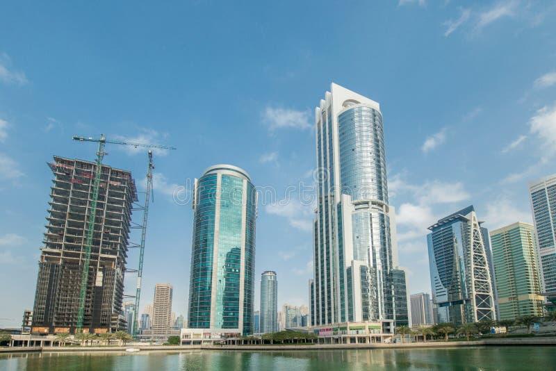 Högväxta skyskrapor i Dubai near vatten arkivbild