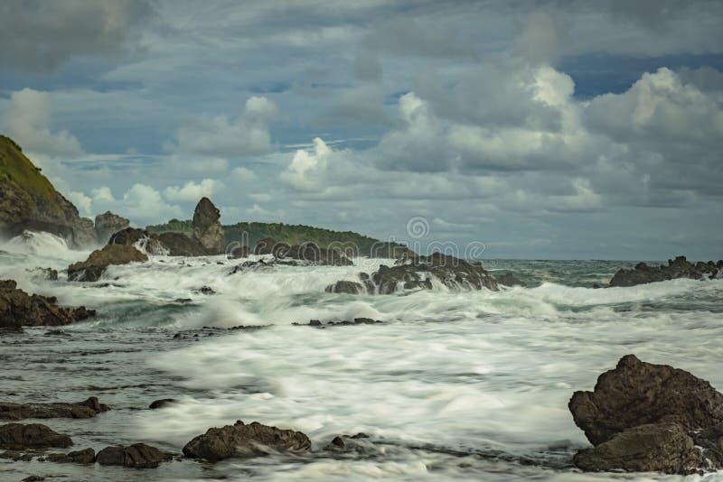 Högvatten i den Siung stranden royaltyfri fotografi