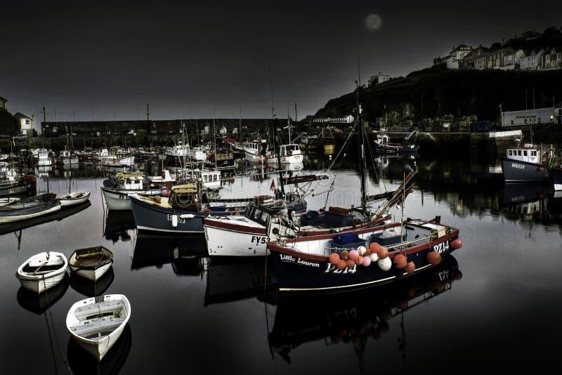 Högvatten på den Mevagissey hamnen som lokaliseras i Cornwall, England royaltyfri fotografi
