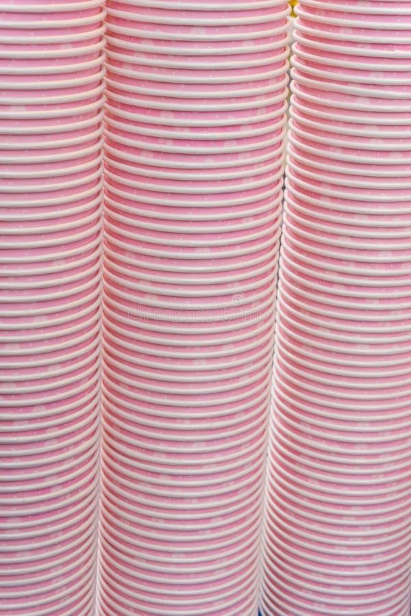 Höhenstapel-Papierschalen lizenzfreie stockfotografie