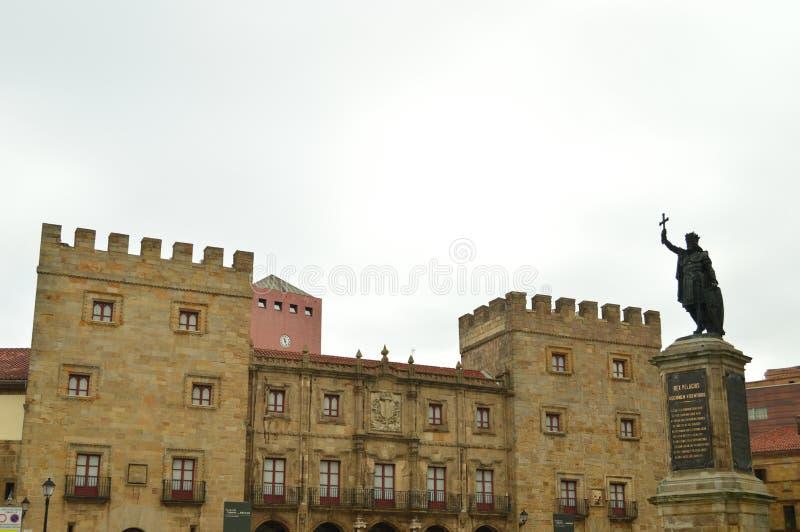 Höhere Fassade des Revillagigedo Palastes und des Don Pelayo Statue In Gijons Architektur, Reise, Feiertage, Städte lizenzfreies stockfoto