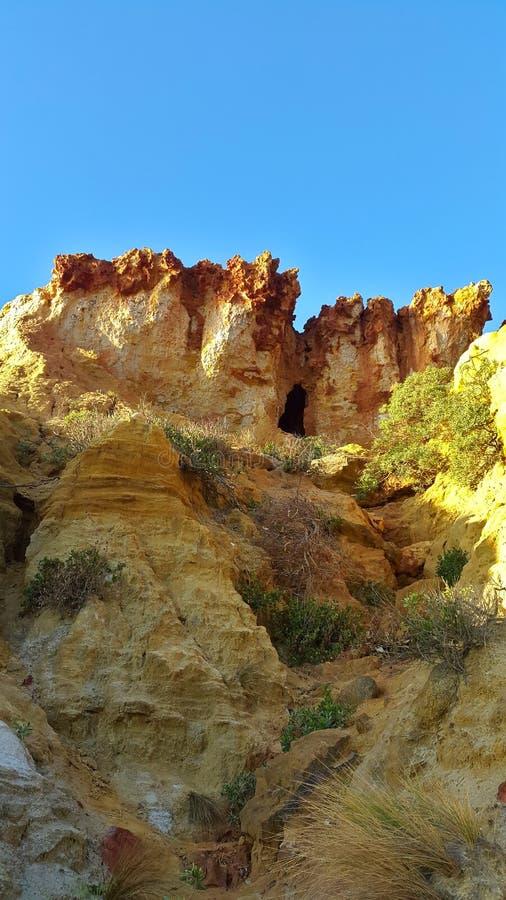 Höhle auf Klippen lizenzfreie stockbilder