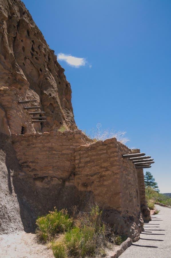 Höhle Cliff Dwelling im Bandalier-Nationaldenkmal-New Mexiko lizenzfreies stockbild