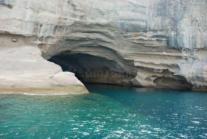 Höhle nahe Küste lizenzfreie stockbilder