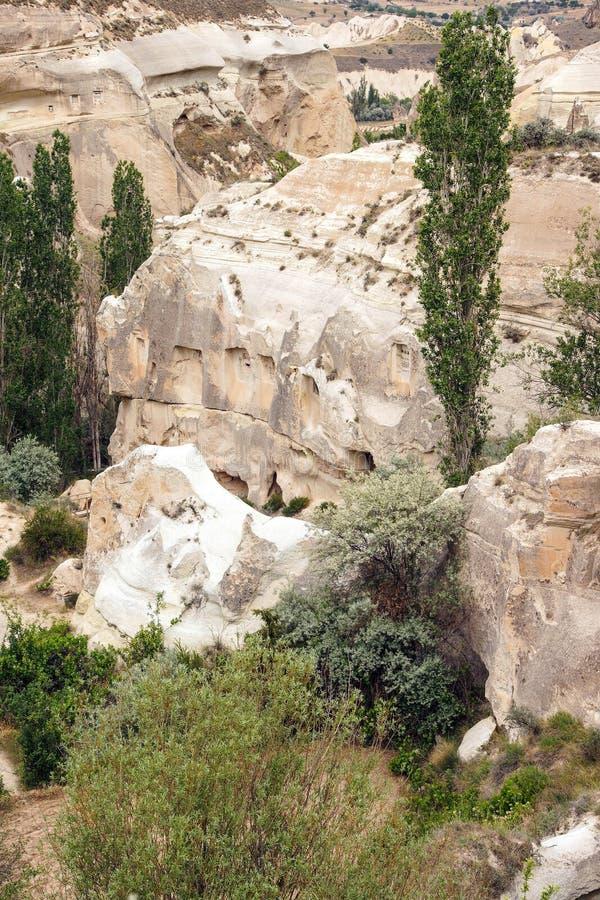 Höhlen geschnitzt von farbigem Tuff stockbilder