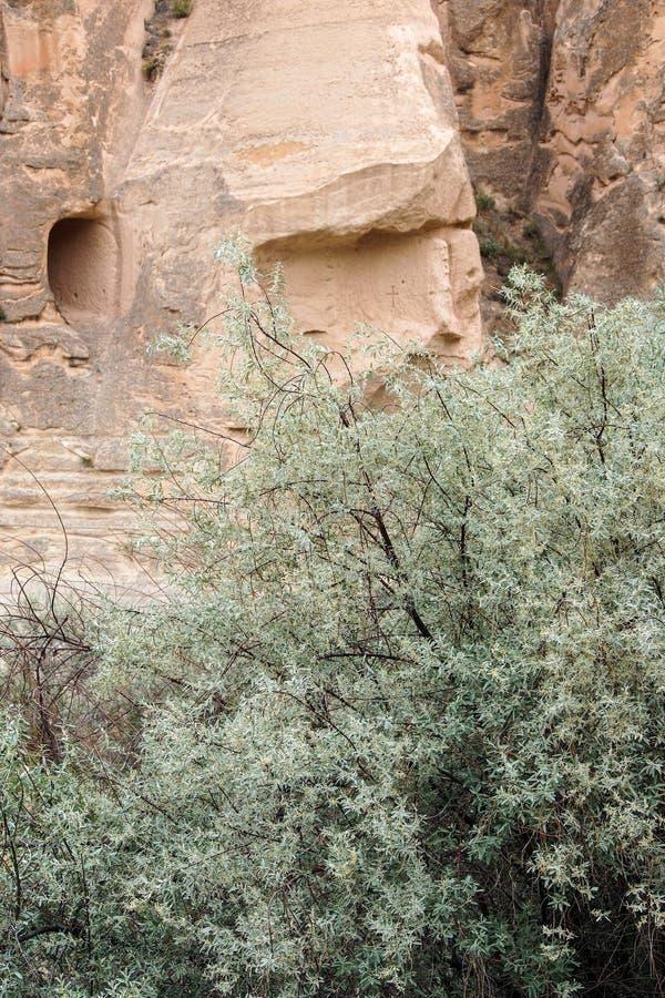 Höhlen geschnitzt von farbigem Tuff stockfotos
