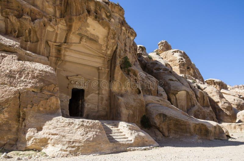 Höhlen Sie Grab in Nabataean-Stadt des Siq-Als-Barid in Jordanien aus Es ist stockfotografie