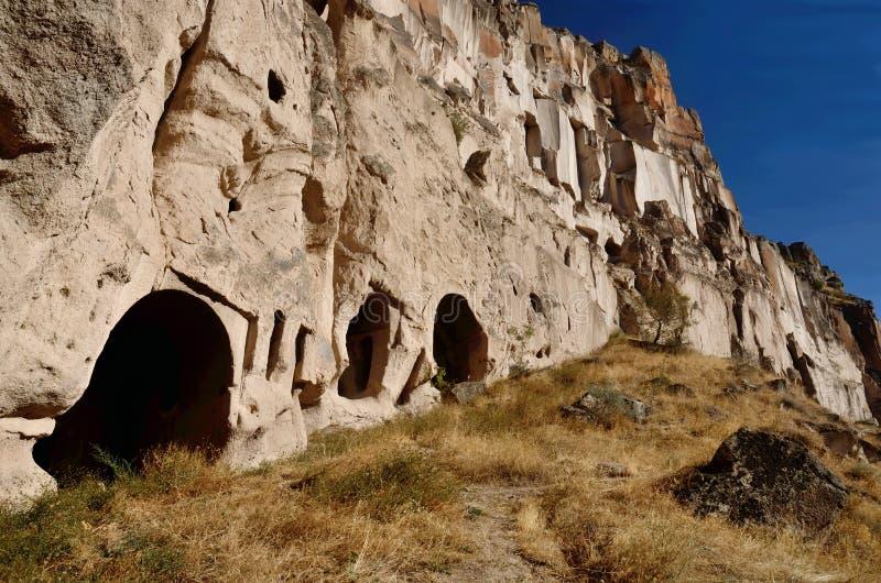 Höhlen Sie Häuser aus und christliche Tempel schneiden in rosa Tuffstein, Ihlara-Tal, Cappadocia, Schlucht, die Türkei lizenzfreie stockfotografie