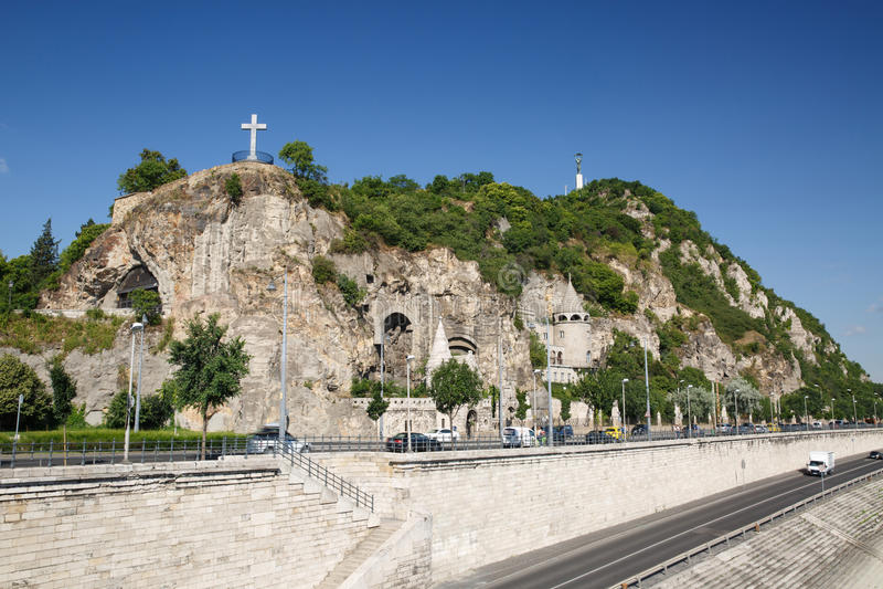 Höhlen Sie Kirche, Kreuz und Freiheitsstatuen auf dem Gellert-Hügel herein aus lizenzfreie stockfotos