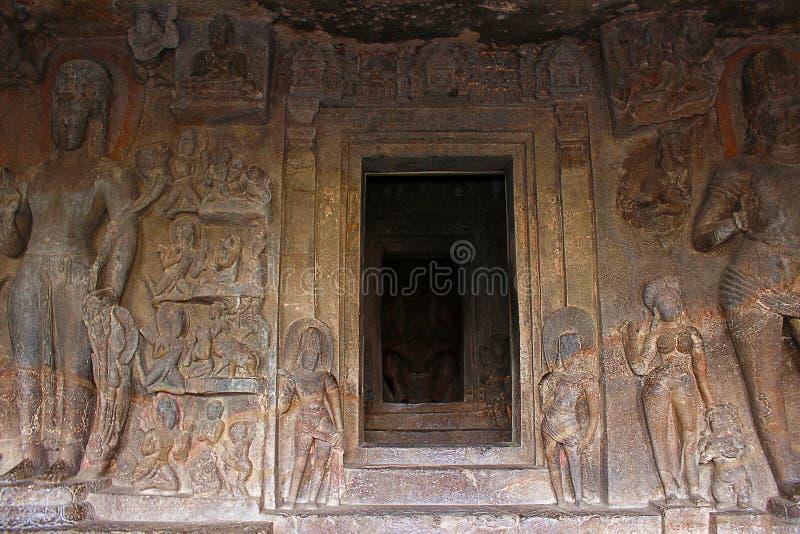 Höhlen Sie 7, Portal, die Bodhisattvas aus, die den Eingang zur Höhle angrenzen Aurangabad-Höhlen, Aurangabad stockfotografie