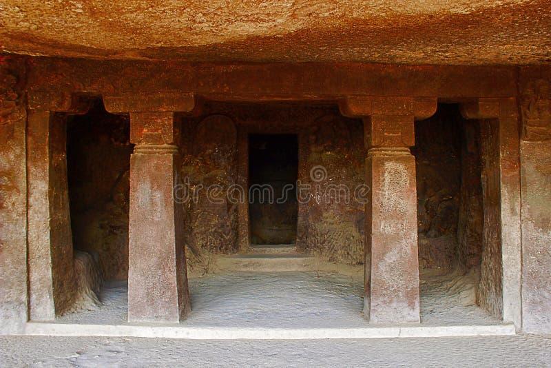 Höhlen Sie 9, Portal und Säulen, Aurangabad-Höhlen, Aurangabad, Maharashtra aus lizenzfreie stockfotografie