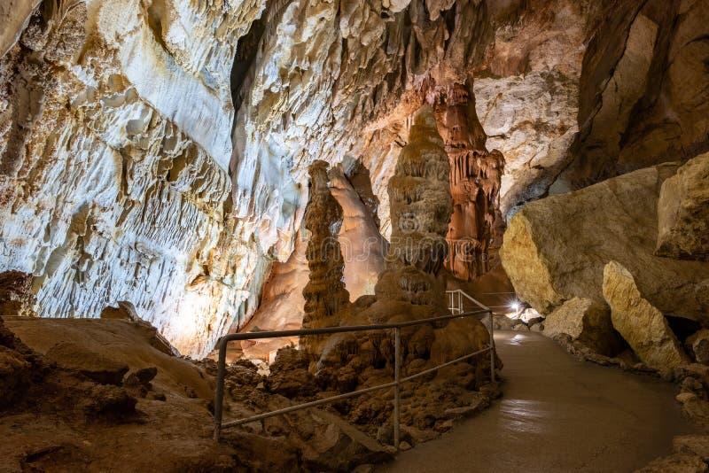 Höhlen Sie Stalaktiten, Stalagmite und andere Bildungen an der Marmorhöhle, Krim aus stockfotos
