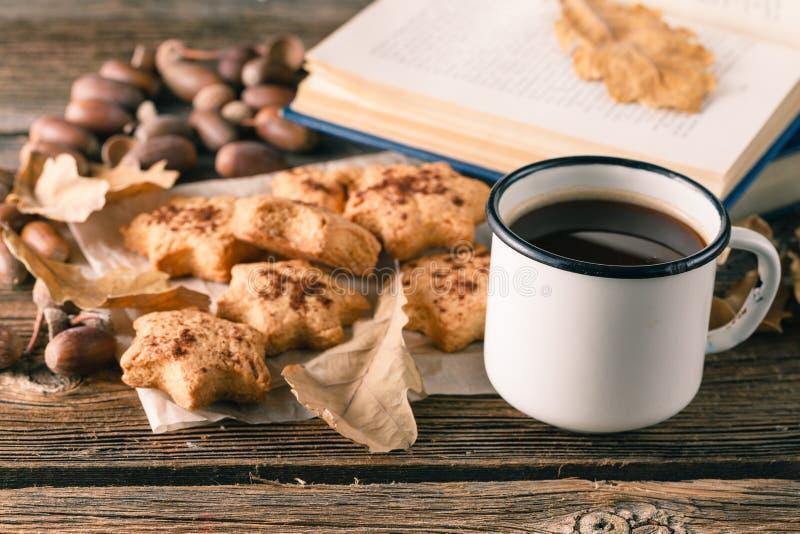 Höhlen Sie Tee oder Kaffee mit Herbstlaub und Plätzchen Saisonal, Tee lizenzfreies stockfoto