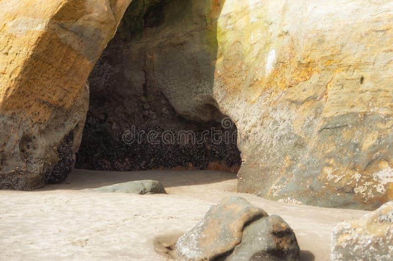 Höhlen Sie wie Einrückung in Sandstein am Kap Kiwanda aus lizenzfreie stockfotografie