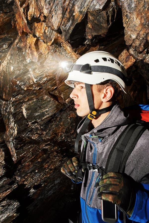 Höhlenerforschung mit Sturzhelm und Scheinwerfer lizenzfreies stockbild
