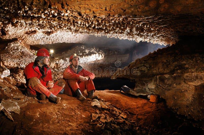 Höhlenforscher, die eine schöne Höhle erforschen stockbild