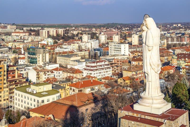 Höjd sikt till staden av Haskovo, Bulgarien och monumentet av den heliga modern av guden, den högsta statyn av oskulden Mary in royaltyfri foto