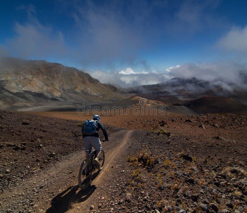 höjd som cyklar det höga berg arkivfoton