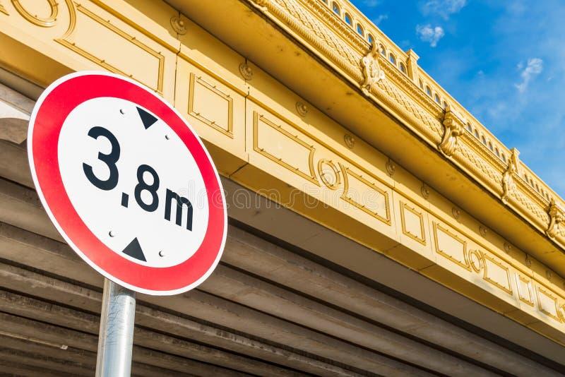 Höjd som varnar det reglerande vägmärket för låg bro arkivbilder