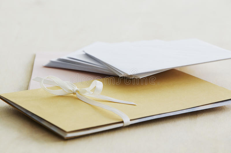 Höjde kuvert och pappers- brevpapper beskådar tätt upp studioskott royaltyfri foto