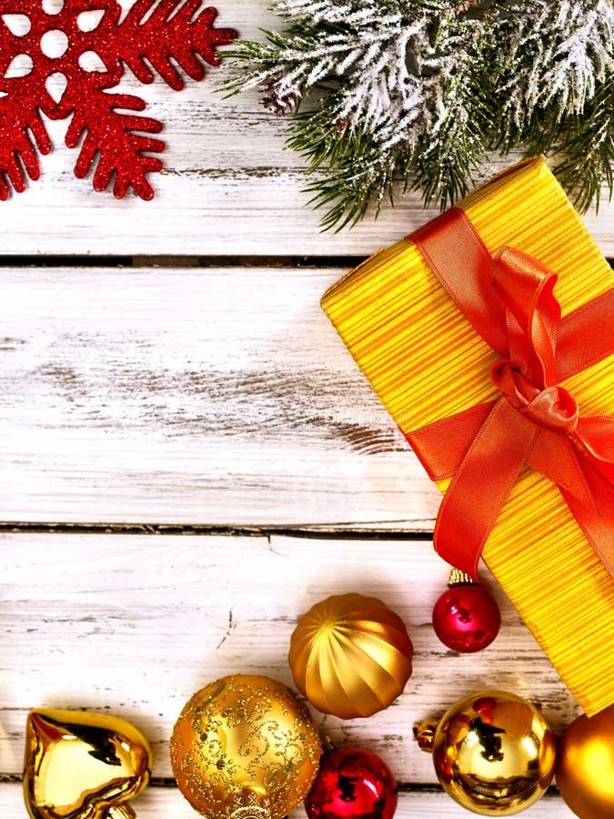Höjdfull julram med boll och presentlåda royaltyfri fotografi