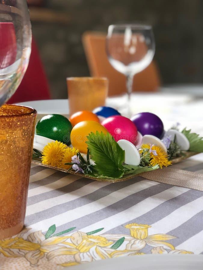 Höjdpunkt för easter med mångfärgade hårdkokta ägg arkivfoto
