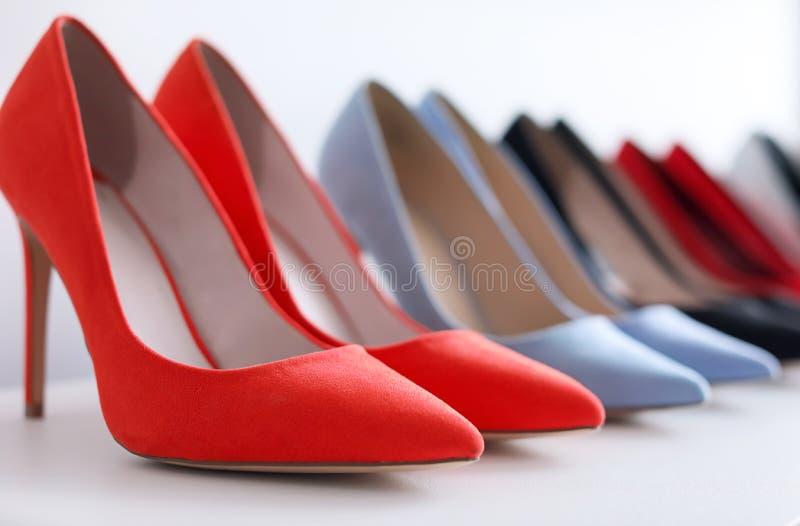 Höjdpunkt heeled skor på hylla royaltyfria foton