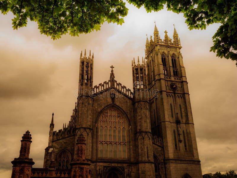 Höjdpunkt i himlen under en lynnig dag arkivfoto