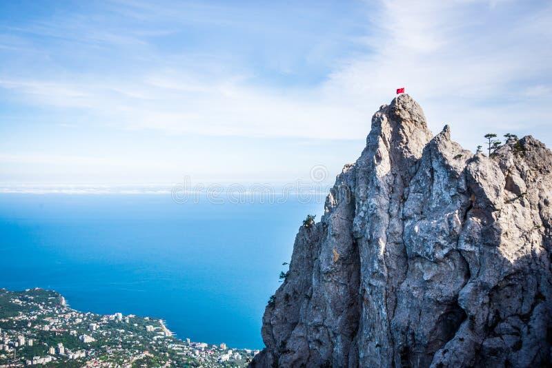 Höjdpunkten vaggar Ai-Petri av Crimean berg Black Sea kust och blå himmel med moln Ryssland arkivfoton