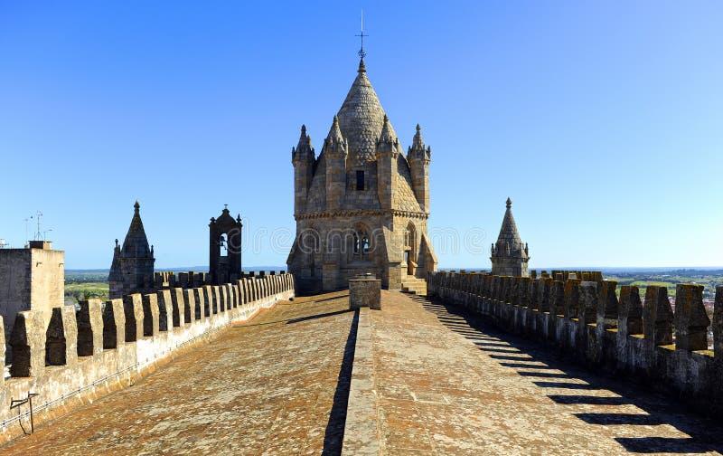 Höjdpunkter och kupol av domkyrkabasilikan av vår dam av antagandet i Evora, Portugal royaltyfria foton