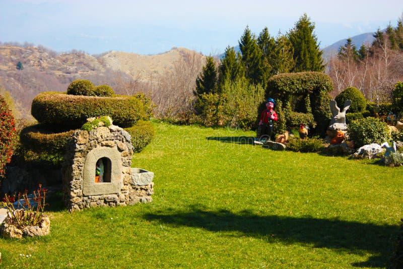 Höll utmärkt trädgården som hölls väl, i bergen hem- trädgård av ett hus eller en bostads- lätthet royaltyfria foton