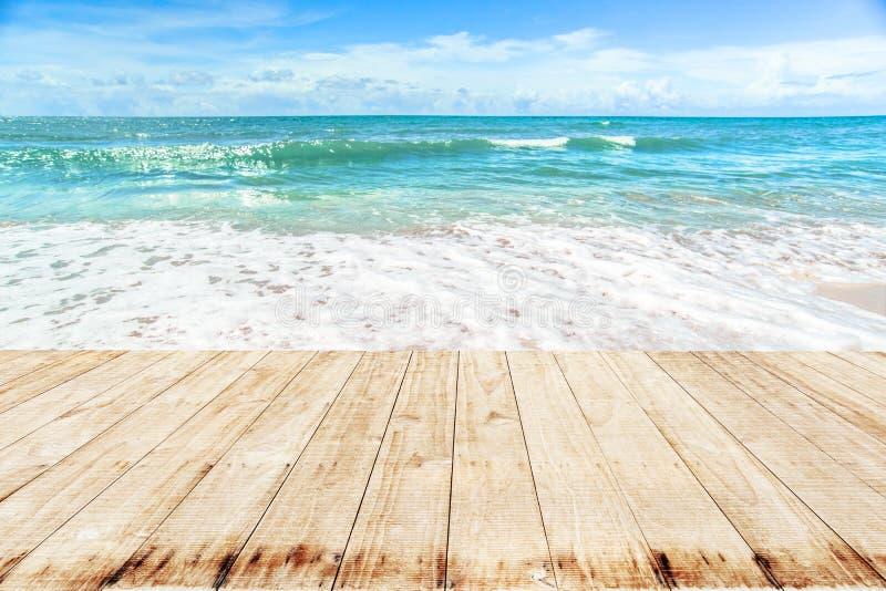 Hölzern auf weicher Welle von blauem Ozean auf Sandy Beach lizenzfreies stockfoto