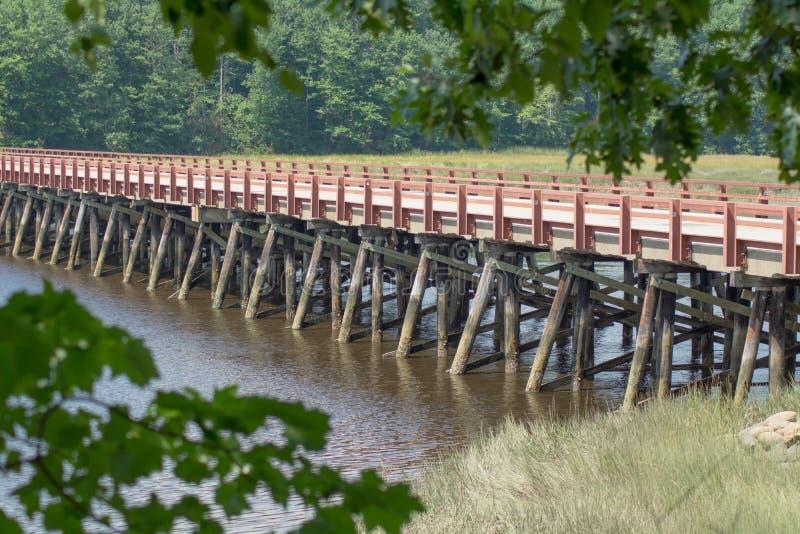 Hölzern-gestaltete Flussbrücke stockbilder
