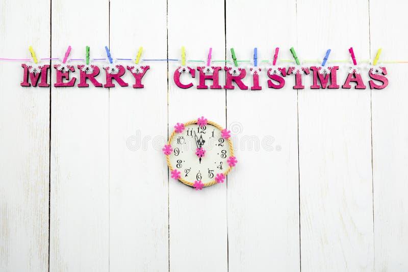 Hölzern, Hintergrund der weißen Weihnacht mit einer Glückwunschaufschrift stockfoto