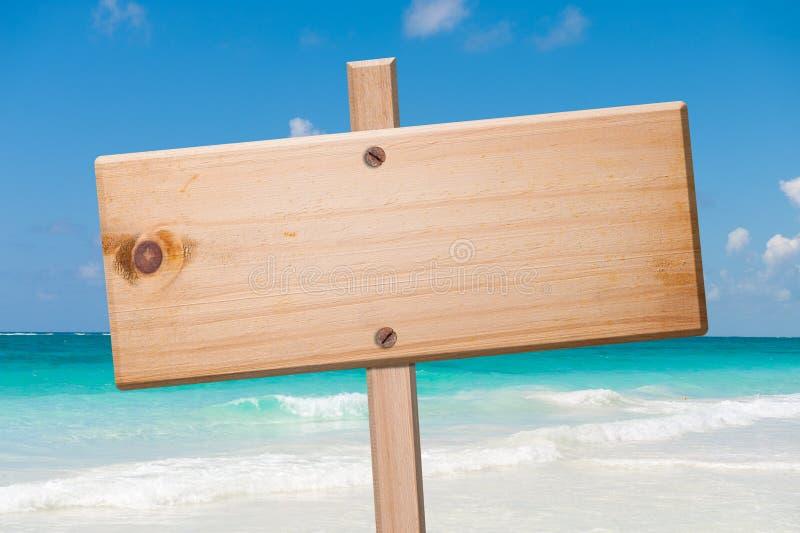 Hölzern kennzeichnen Sie innen den Strand. lizenzfreies stockbild