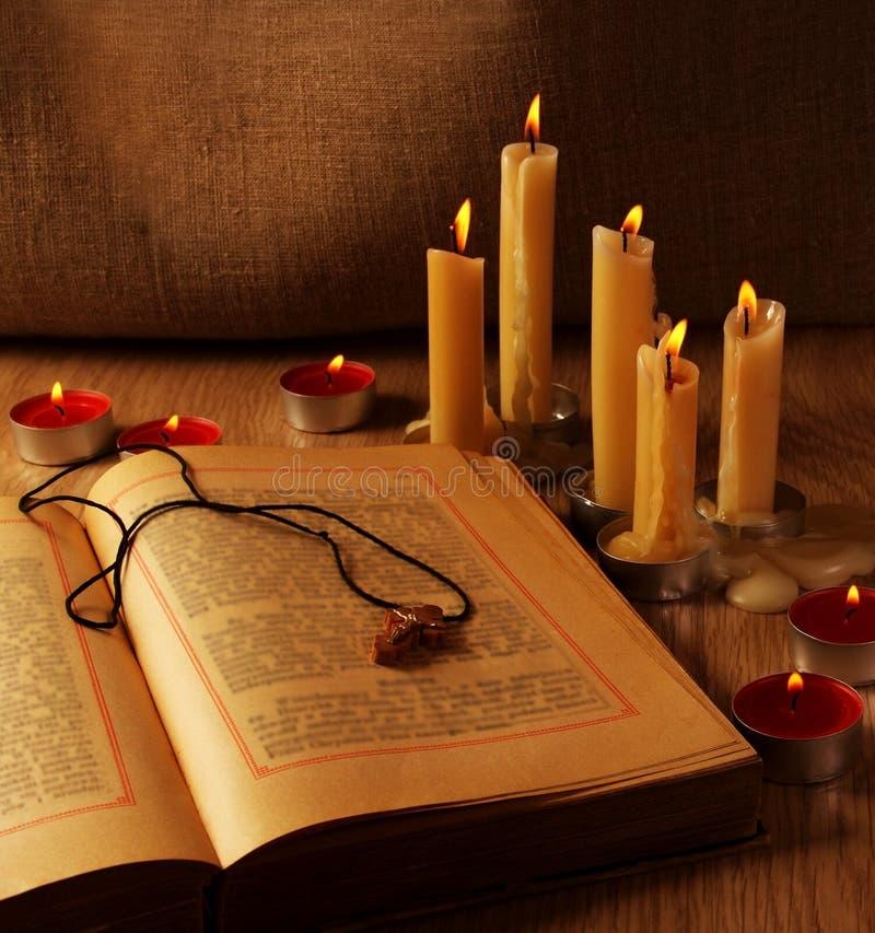 Hölzern kreuzen Sie vorbei geöffnete alte Testaments lizenzfreie stockfotos