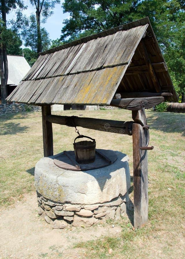 Hölzern zeichnenSie Brunnen stockfotos