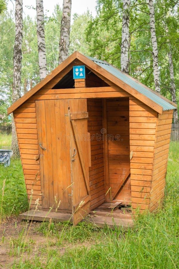 Hölzerne öffentliche Toilette, normalerweise benutzt in den ländlichen Gebieten stockfotos